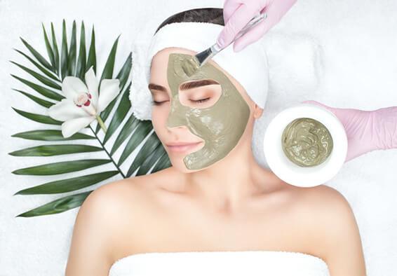 Na de reiniging brengen we een masker aan